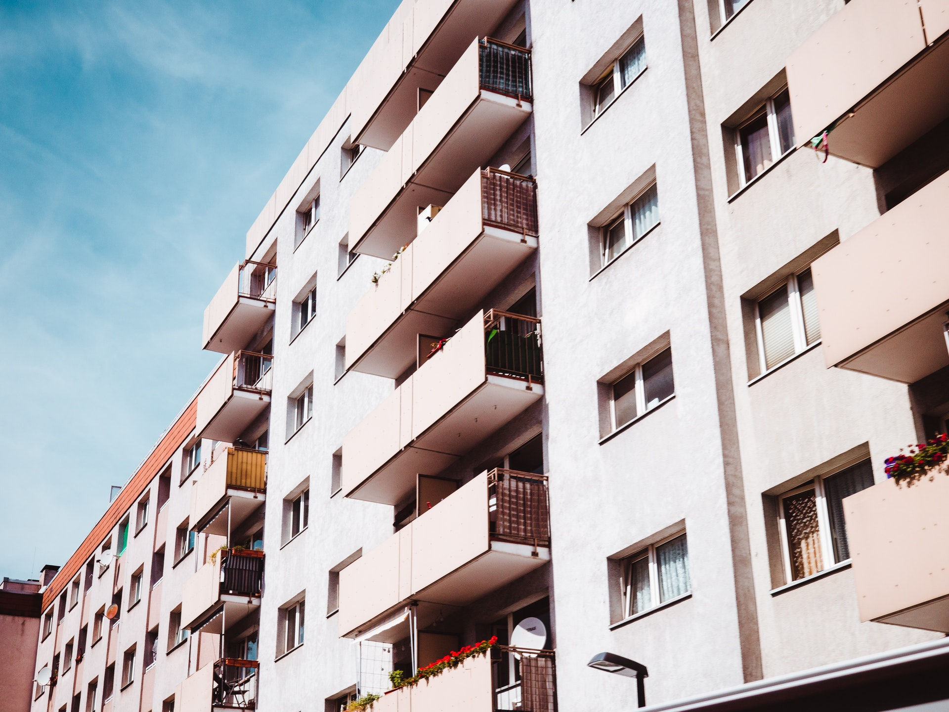 Drzwi wejściowe i pokojowe do mieszkania w bloku - na co zwrócić uwagę?